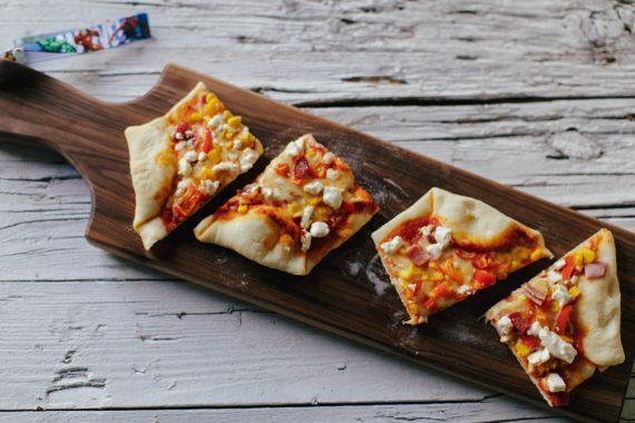 Pizza auf dem Pizzastein auf dem Grill