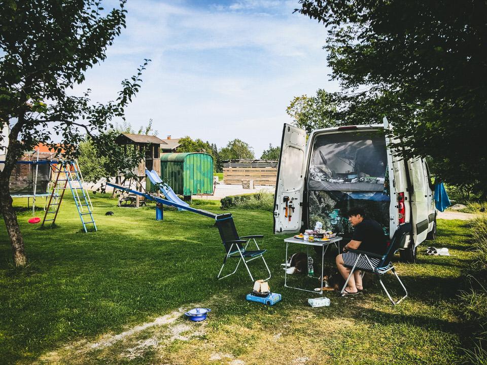 Campingküche auf reisen kochen im urlaub
